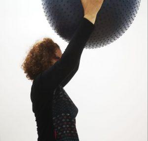 señora hace gimnasia fisioterapia centro neures