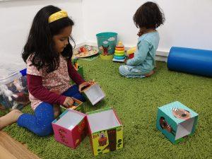 niños juegan con cubos centro neures