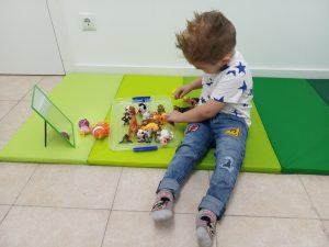 niño juega animales centro neures logopedia