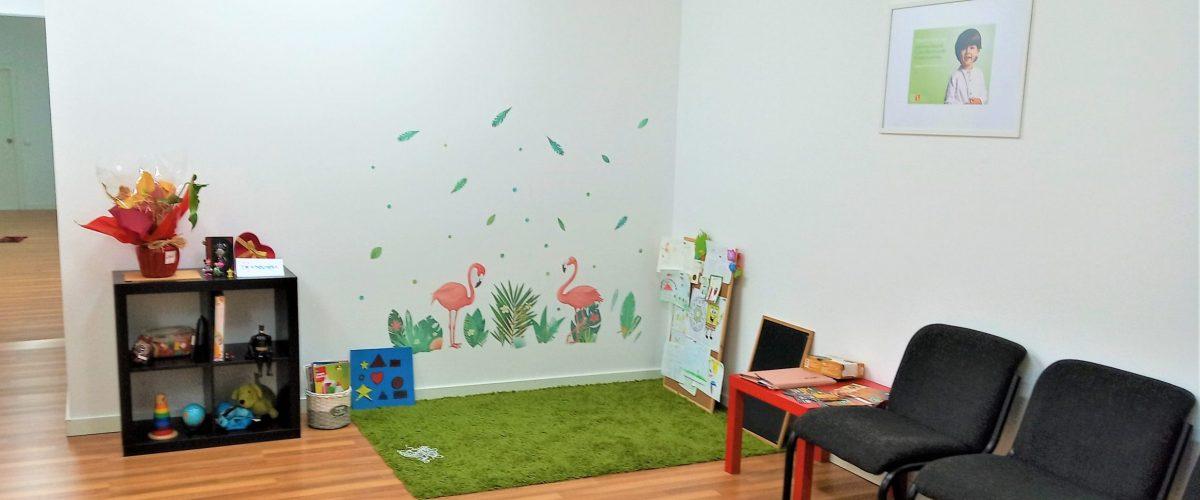 Sala de espera con zona de juego infantil